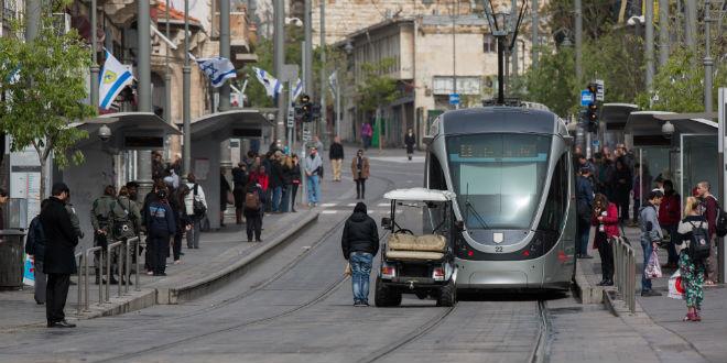 Pessoas paradas na rua Jaffa no centro de Jerusalém enquando uma sirene de dois minutos soava por toda Israel para marcar o Dia em Memória ao Holocausto em 16 de Abril de 2015.