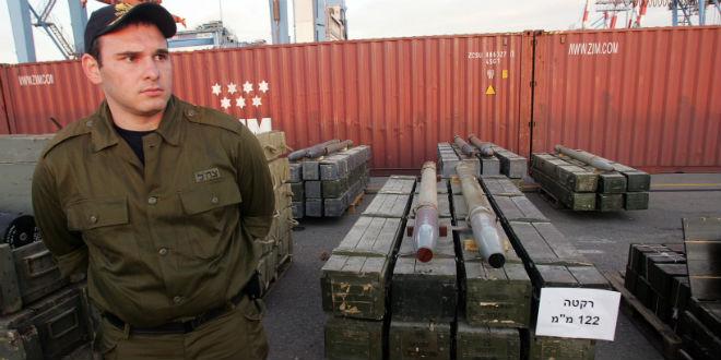 Oficial da IDF perto de mísseis capturados por Israel num navio perdo do Chipre em 4 de Novembro de 2009 que estava carregando centenas de toneladas de armas do Irã para as guerrilhas do Hezbollah, sendo o maior carregamento de armas que Israel já apreendeu.